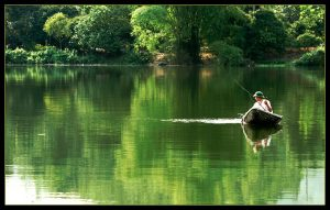 Lênh đênh trên mặt hồ câu cá