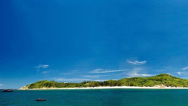 Đảo hòn Chùa nhìn xa xa như một bức màn màu xanh