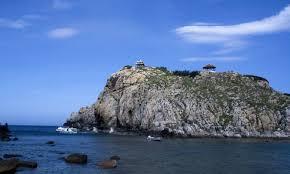 Đảo Yến với nhiều hang lớn nhỏ tập trung từng đàn én trú ngụ