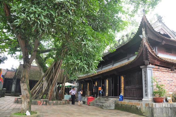 Trong đền có 34 pho tượng gỗ được chạm khắc tỉ mỉ về các nhân vật của nhà Trần