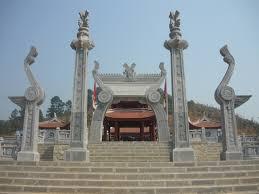 Hoa văn họa tiết trong khu vực đền Lạc Long Quân mô phỏng theo hoa văn trống đồng Đông Sơn