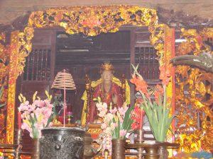 Tượng thờ mẹ Âu Cơ trong đền