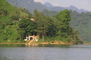 Đền Pắc Tạ nằm dưới chân núi Pắc Tạ, tương truyền là nơi thờ người thiếp của tướng quân Trần Nhật Duật