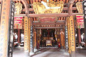 Bào trí bên trong đền Phù Đổng với các bức hoành phí câu đối