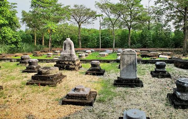 Lăng mộ các vị vua Trần ở  khu vực đền An Sinh