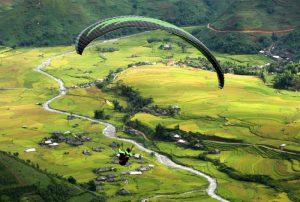 Từ trên đèo nhìn xuống là cánh đòng láu cùng dòng sông uốn lượn hiền hòa