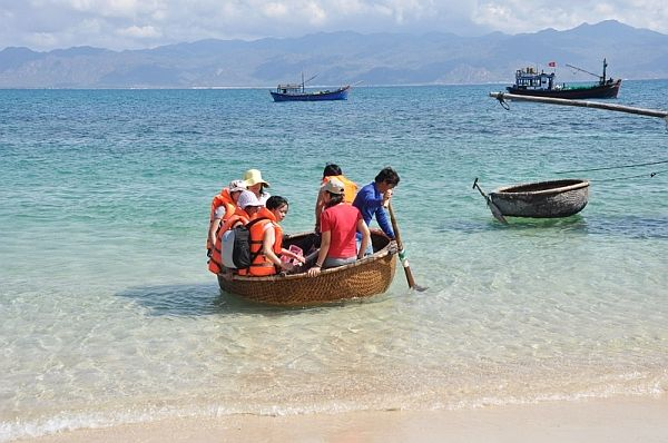 Chèo thuyền thúng trên biển là một thú vui của du khách