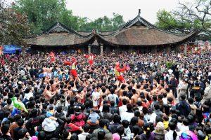 Đông vui lễ hội đình làng Đồng kỵ