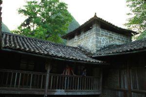Toàn bộ ngôi nhà được dựng bằng gỗ