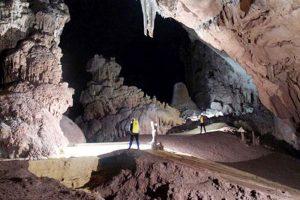 Động cao 30-50m, có nhiều hang động nhỏ