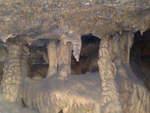 Trong hang động có nhiều thạch nhũ kì vĩ,nhiều hình dáng khác nhau