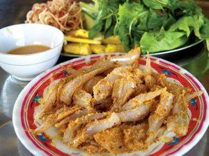 Gỏi cá bống ăn với rau rừng là một biến tấu mới đặc sản cá bống sông Lô