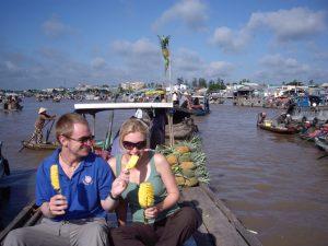 Đi thuyền trên sông nước Hậu Giang