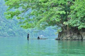 Chèo thuyền trên hồ Ba Bể