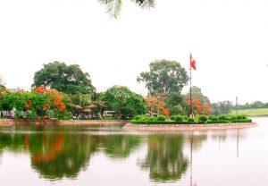 Hồ bán nguyệt nằm trong phố Hiến xưa