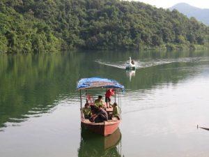 Du khách du ngoạn trên hồ, tham gia các trò choi lý thú