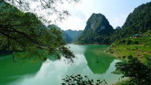 Mặt hồ màu xanh ngọc bích in bóng núi
