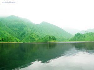 Khung cảnh bình yên tươi mát ở hồ Vai Miếu