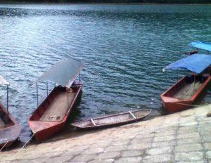 Du ngoạn trên hồ bằng thuyền rất thú vị