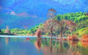 Hồ Ea Snô như một bức tranh đầy màu sắc khoác lên mình