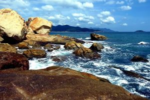 Hòn Ghềnh không chỉ đẹp bởi những mỏm đá lan sát bờ biển mà còn những rặng san hô lấp lánh dưới thềm nước biển xanh