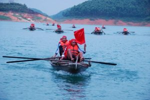 Đua thuyền trên hồ Thác Bà