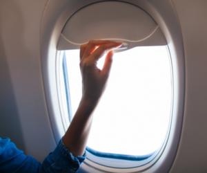 Kéo màn che cửa sổ máy bay
