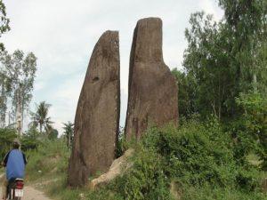 Những khối đá lớn nhỏ nằm trong một khu vực với hình dáng độc, lạ