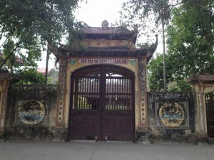 Cồng vào đền Vua Bà tại làng Diềm