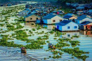 Những ngôi nhà nhỏ sinh sống nối nhau tạo thành xóm làng ở Châu Đốc