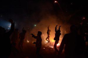 Người dân vui chơi nhảy múa trong lễ hội cầu trăng