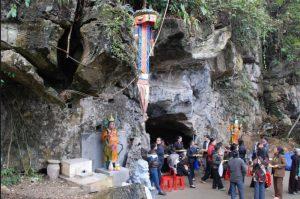 Người dân tham gia trẩy hội chùa hang