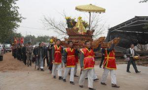 Một đoàn rước kiệu ở lễ hội chùa Vĩnh Nghiêm