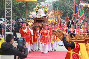 Đoàn rước kiệu tiến vào lễ chùa