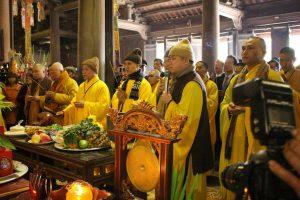 Các nhà sư làm lễ tại lễ hội chùa Vĩnh Nghiêm