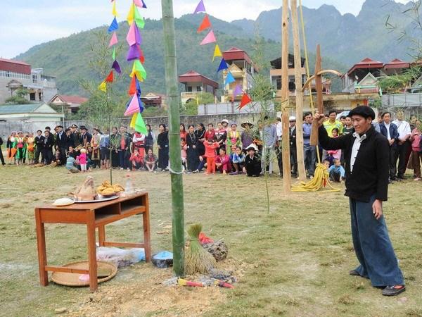 Thầy cúng đang làm nghi lễ Cầu Tào để cầu phúc cầu mệnh cho người dân trong bản