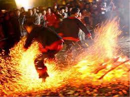 Đôi chân trầm dũng cảm nhảy trong lửa than rực hồng