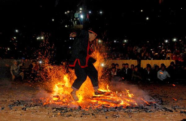 Lễ hội nhảy lửa luôn được người Pà Thẻn gin giữ