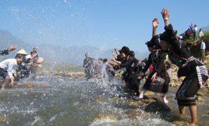 Người ta cùng nhau té nước cho người ướt sũng rồi lên bờ ăn các món truyền thống