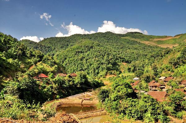 Núi rừng mai Sơn trung điệp,thấp thoáng những bóng nhà