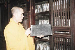 Những cuốn mộc bản đang được cất giữ cẩn thận tại Vĩnh Nghiêm cổ tự