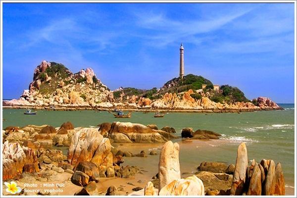 Mũi Kê gà và hải đăng Kê gà hơn 200 năm tuổi sừng sững giữa biển khơi