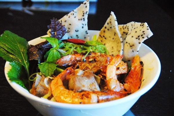 Mỳ Quảng phan Rang với phần giò heo, tôm và rau sống