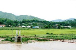 Câu cầu nắc qua dòng sông Nậm Mu về bản Nà Luồng