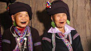 Gam màu chủ đạo của người Lào là màu đen, có kèm thêm các họa tiết bắt mắt