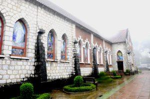 Nhà thờ được xây vằng đá kết cính rất kiến cố và vững chắc