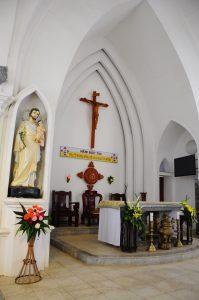 Bên trong thánh đường nhà thờ đá Sa Pa
