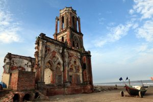 Nhà thờ đổ Hải Lý nằm sát bờ biển