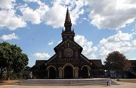 Nhà thờ gỗ nằm giữa đại ngàn là sự kết hợp hài hòa giữa kiến trúc châu âu và kiến trúc nhà rông Tây Nguyên