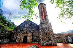 Ngoài dấu tích của rêu phong, toàn bộ nhà thờ đá vẫn còn nguyên vẹn
